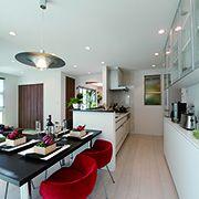 広いワークスペースで料理もしやすく、ママの家事導線を優先したオープンキッチン。