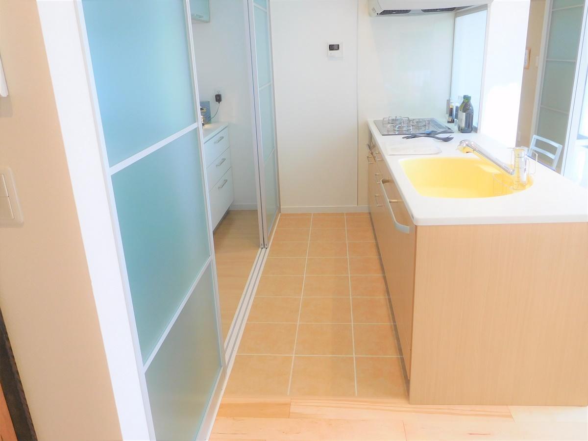 夏はひんやり、冬はあったかのタイル床のキッチンは掃除もしやすい主婦の味方です。