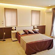 1日の疲れを癒すベッドルームはゆったりとした空間に。バルコニーに面した大きな窓からはたくさんの光も差し込みます。