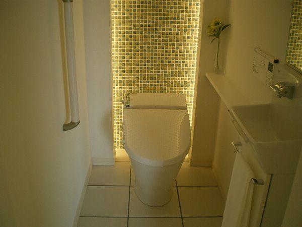 モザイクタイル貼りの背面に間接照明が組み込まれたトイレは岐阜西店自慢の空間です。