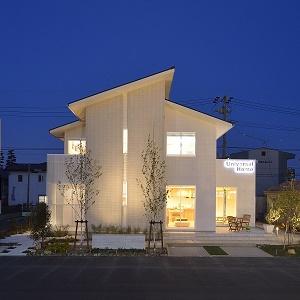 白やグレーの無彩色が基調となった外観、屋根形状の直線がシンプルモダンな印象の外観。モデルハウスはドン・キホーテの目の前です。