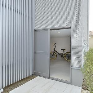 自転車やタイヤ、アウトドア用品にガーデニング用品等、汚れを気にせず収納できます。