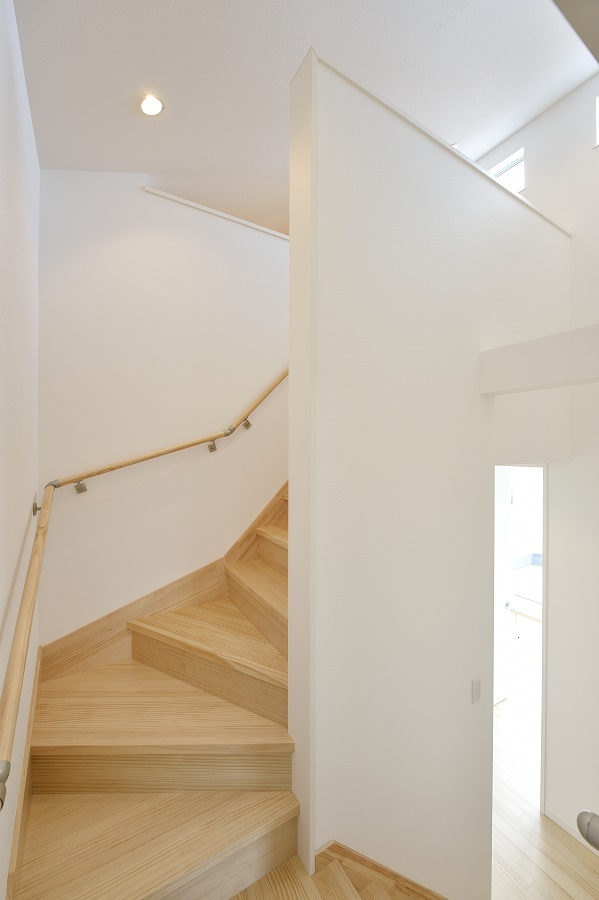 リビング階段各居室へ出入りするために必ずリビングを通る設計にしているため、家族間のコミュニケーションの機会が多く持てます。