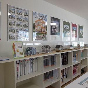 キッズコーナーを併設した応接室は、カタログやサンプル等、お客様との打ち合わせに必要なものを多品種取り揃えております。