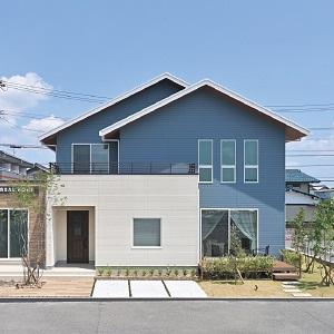 白×水色のツートンカラーがかわいい。三角屋根が特徴的な憧れの北欧風外観。
