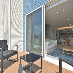 リラックス空間として天気の良い日にはハンモックやデッキチェアを置いて、手軽に日光浴・おうちカフェスペースなど多目的に使用可能。