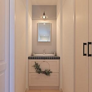 独立した洗面台があると、お客さんが手を洗う際に生活感溢れるプライベート空間の脱衣所に通さなくてもいいので洗濯物を片付けるなどのプチストレス減。