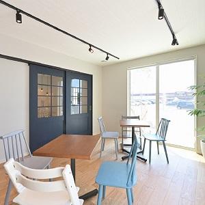 居心地のよさと特別感をかけ合わせたカフェスペース。モデルハウスご見学後には、ぜひお立ち寄りください。