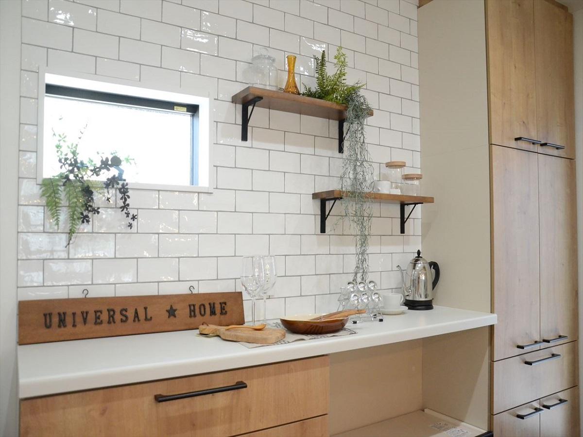 収納背面の壁にはタイルと飾り棚でコーディネートしました。 普段使いのものは魅せる収納でカッコよく!