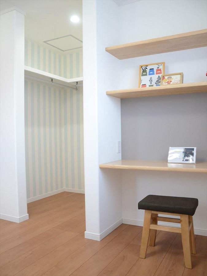 学習机は置かない、造り付けの学習カウンター。 小スペースでも収納タップリな4.5帖+WIC