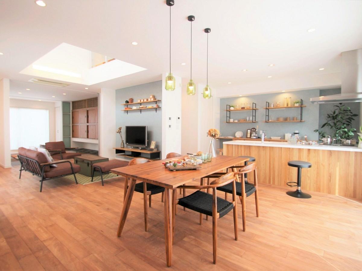 家族が自然に集まり会話が生まれるDKという空間を住まいの中心に設けました。