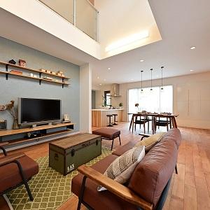 上下階の隔たりを薄め、いつも身近に家族を感じることができる開放的な吹き抜け。2階へ続く階段もリビングを通るので、家族が顔を合わせる機会が自然と増えます。