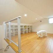 外部収納とあわせて抜群の収納力を発揮する小屋裏スペース。季節ものや使用頻度の低いものの収納に便利な空間です。
