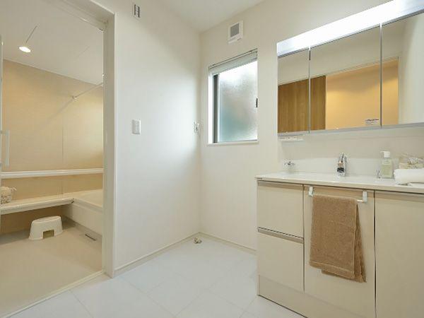 洗面室の床はタイル張りになっているので、小さなお子様が濡れたままで歩いてもお手入れがしやすくて、安心です。