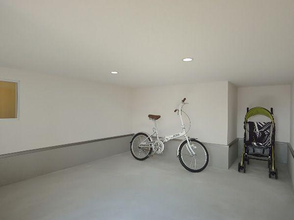 家の中に持ち込みたくないものやアウトドア用品、ガーデニング用品など、外から直接出し入れできる外部収納。使い勝手のいい便利なスペースです。