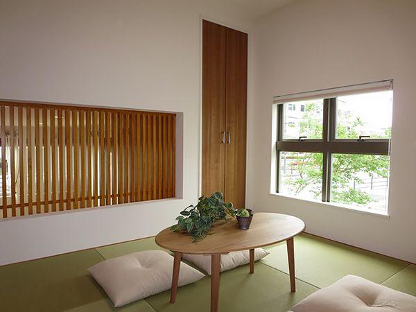 1階から2階へと通じる階段から和室へ。リビングに面したスクリーンを通して家族の気配を感じることのできる、ちょっとしたくつろぎ空間です。