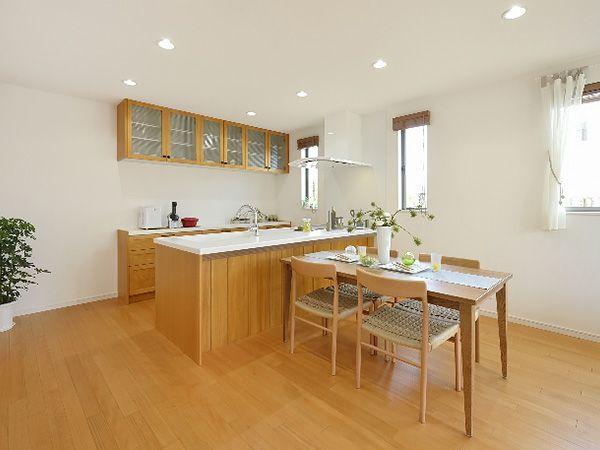 フローリングに合わせた無垢素材のオープンキッチン、お料理をつくりながら家族との会話も楽しめます。