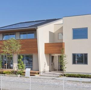 自然と融合する木調外壁をアクセントとした佇まい