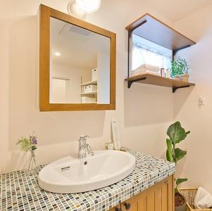 モザイクタイルを採用した無垢の木の洗面化粧台