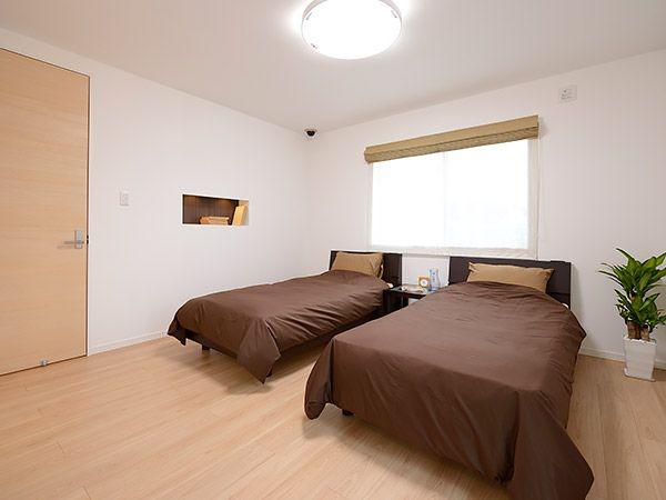 落ち着いてリラックスできる2階主寝室。外の光が優しく差し込んで、日々の疲れも癒してくれるそんな空間です。