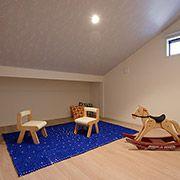 天井勾配が屋根裏部屋の遊び心をくすぐります。お部屋としても、また収納スペースとしても活用できる、余裕のある間取りをおすすめしております。
