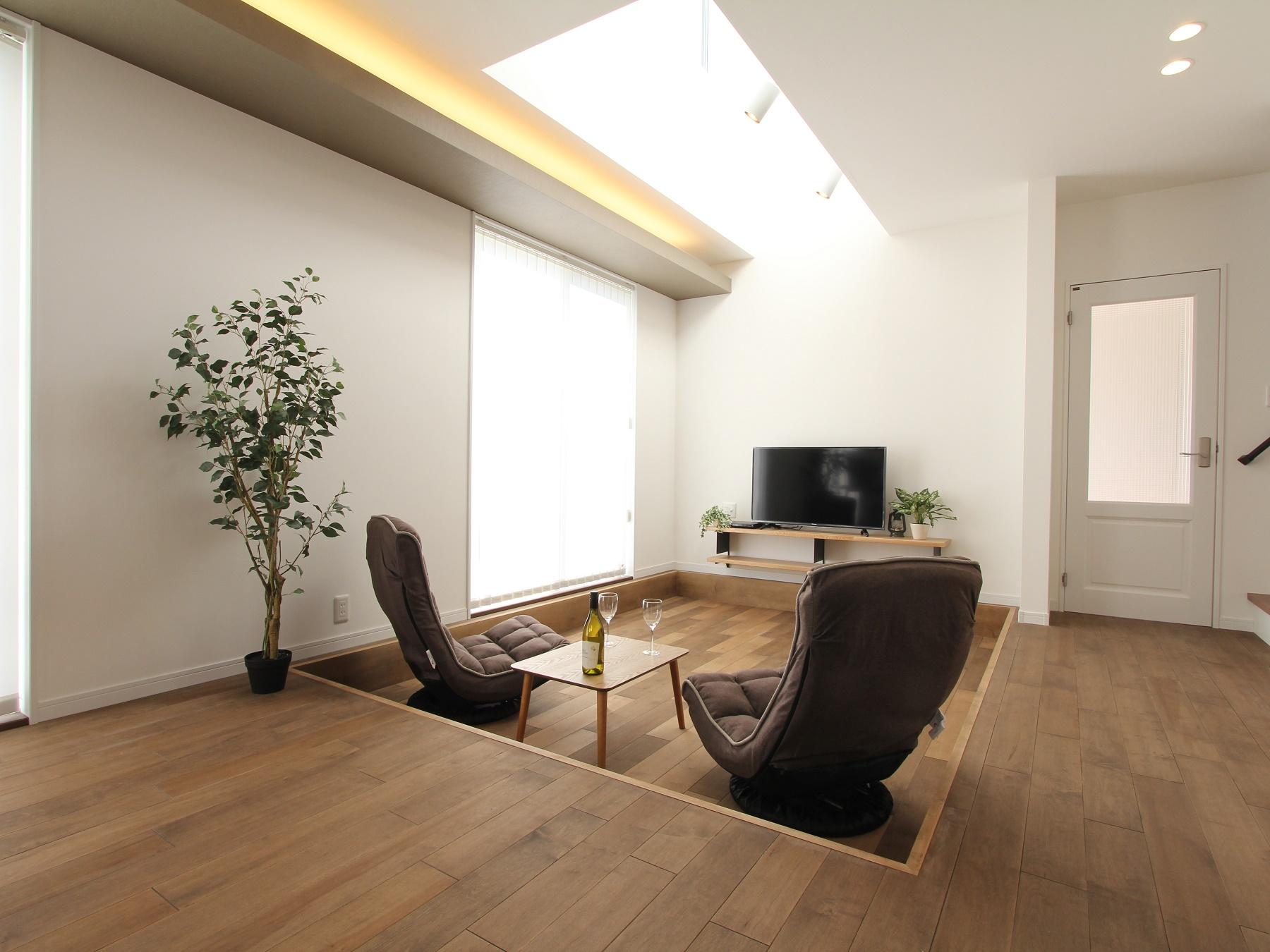1階床レベルよりも20cm下げて、「くぼみ」をつくり、適度に独立した空間を作り出します。家族が自然に集まり、つながる空間です。