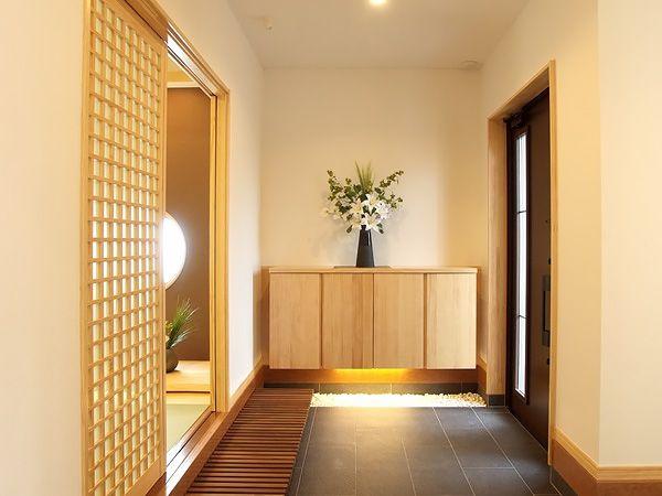 落ち着きとゆとりの玄関ホール。間接照明がやさしく迎え入れます。