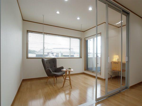広々バルコニーに面したサンルーム。大きな窓からたくさんの光が降り注く、多目的に使える便利な空間です。