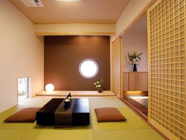 丸窓が印象的な和室空間。