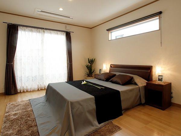 1日の疲れをいやすベッドルームはすっきりとした空間に。大容量のウォークインクローゼットを設けることでお部屋の中はいつも広々。