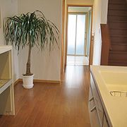 キッチンと水廻りを直線で結んだ動線が、毎日の家事をやさしくサポートします。