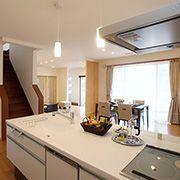 明るく開放的なオープンキッチン。ママが家事をしながらでもリビングや土間にいる家族に目が届くので安心です。