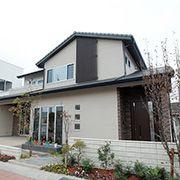 低く張り出した屋根の風格がある現代和風の外観が印象的なジャパニーズモダンタイプです。