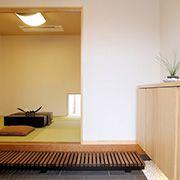 玄関と和室をつなぐスペースは、少し腰かけての会話のときにとても便利です。