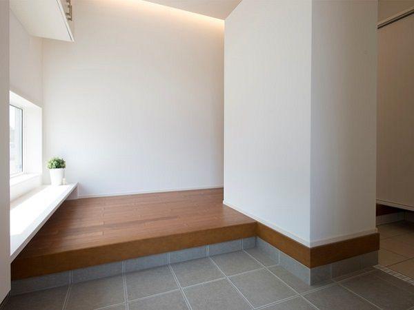 玄関を開けると、間接照明の光がやさしい雰囲気を演出します。カウンターに腰かけたり、小物を置いたりとマルチな使い方ができます。