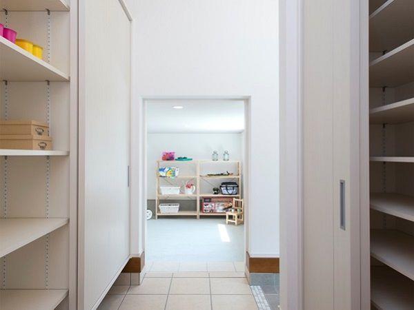玄関スペースと分けたシューズクロークがあるので、家族の靴で散らかりがちな玄関もスッキリします。急な来客でもあわてません。