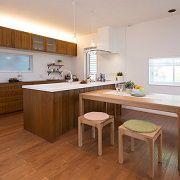 床材と同じ無垢材を選びました。オープンキッチンなのでどこでも見渡せ、見せる・隠す収納で遊び心のあるディスプレイも楽しめます。