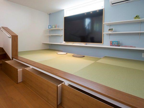 自然と寝転んだり、腰かけたくなるスペース。大きなカウンターではお絵かきや勉強したり。時には、アイロンがけなどの家事空間になるのも魅力です。