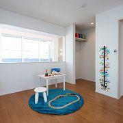 小さいうちは大空間で、大きくなったら仕切ることのできる子供部屋。吹抜けに面した開口から見下ろすと、家族の顔が見える特等席です。
