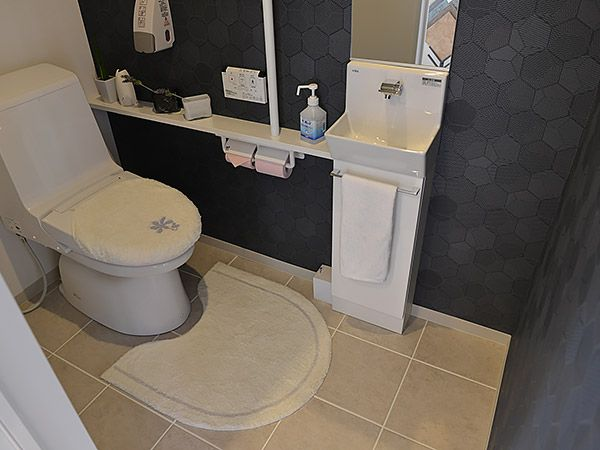 L字に使用したブラックのお洒落な壁紙が、トイレをワンランクアップした空間にしてくれます