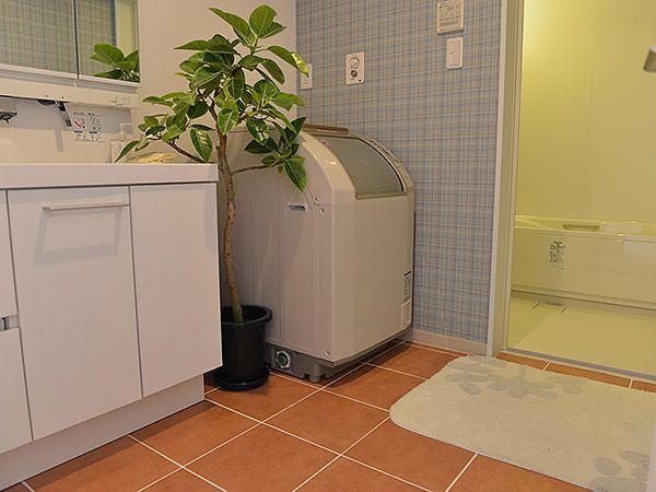 赤茶のタイルとチェック柄の壁紙で、他の部屋にはない少し洋風な空間です