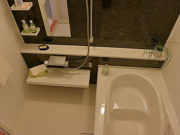 シンプル・イズ・ザ・ベスト。飽きの来ない黒い大理石調のアクセントパネルと、清潔感のある白い浴槽