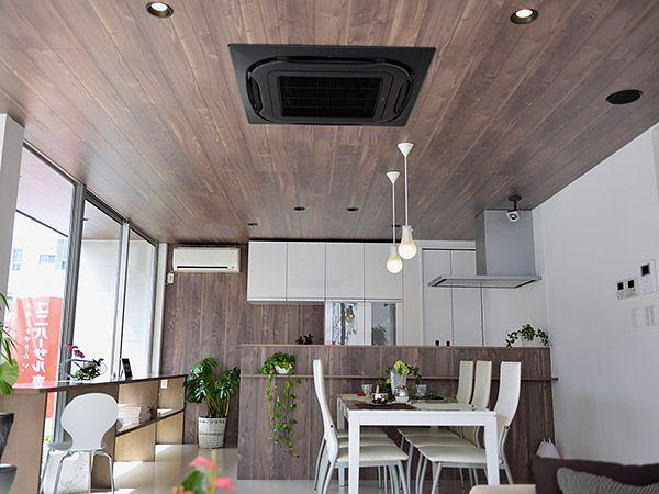 天井、キッチンは板張りし、ナチュラルモダンに。木の温かみで心落ち着く空間です