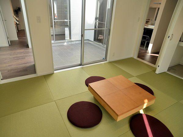 玄関から直接出入りできるので、客間としての使用にも便利。中庭も見渡せて心落ち着く場所に