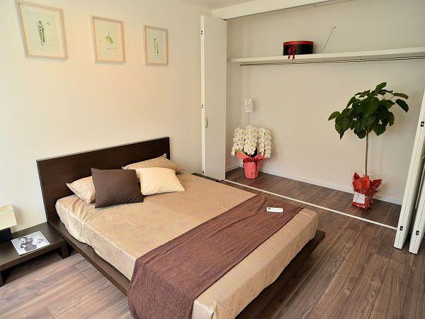 バルコニーへとつながる主寝室。壁一面の大容量クローゼットも魅力的