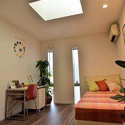 ビタミンカラーのかわいい子供部屋。トップライトからの明りがうれしい