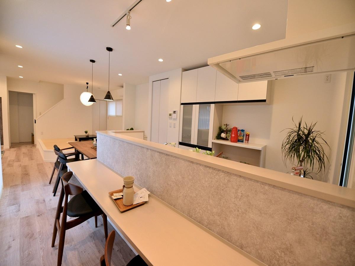 キッチンカウンターはダイニングテーブルと高さを合わせています