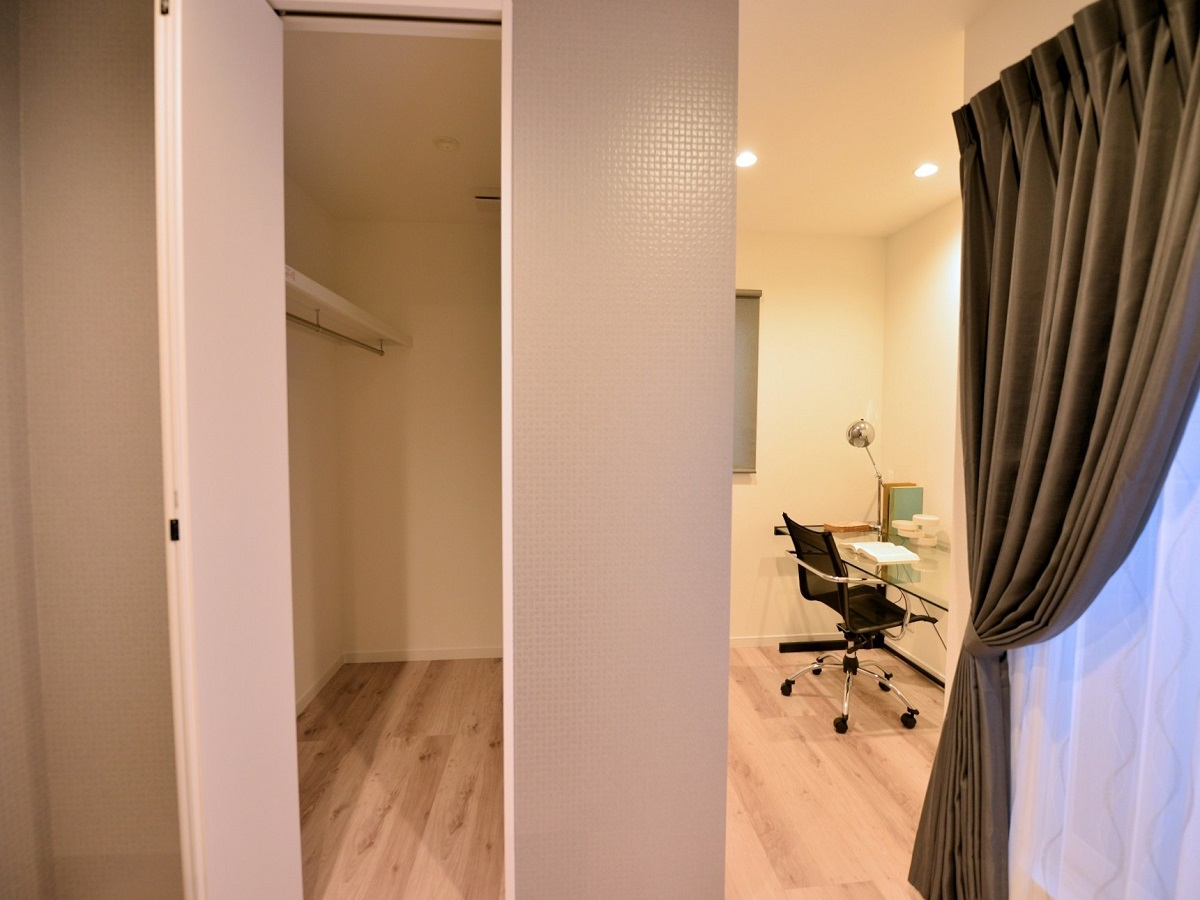 主寝室の奥にテレワークルーム設置