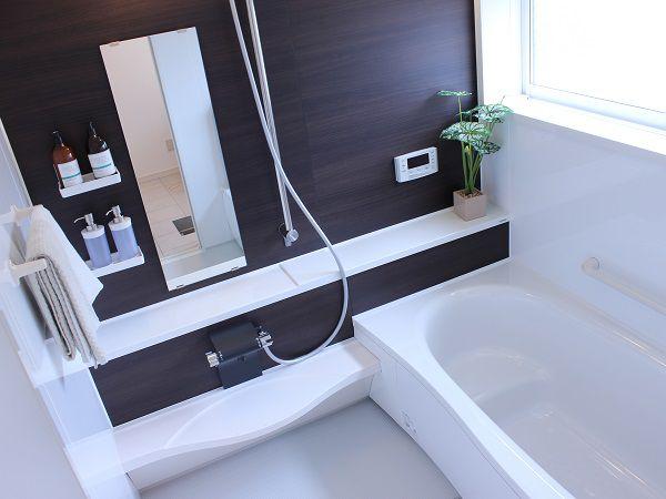 足が伸ばせて、家族皆で入れる広々したお風呂。浴槽内は半身浴が出来るよう一段上がっていて、美容が気になる奥様にぴったり!