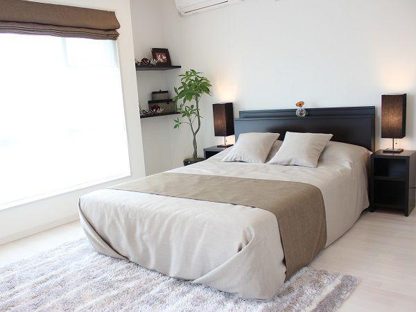 モダンな寝室は夫婦でくつろげる癒しの空間。広々としているので、本棚や観葉植物も十分置けます。